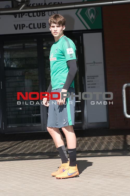 15.04.2015, Weser Stadion, Bremen, GER, 1.FBL. Werder Bremen Training 15.04.2015, im Bild<br /> <br />  Luca Zander (Bremen #19) <br /> <br /> <br /> Foto &copy; nordphoto / Kokenge