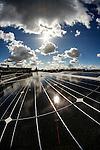 Nederland, Utrecht, 08-04-2015 Zonnepanelen op een dak van een rijtjes huis uit 1928 in de wijk Oudwijk.  Een zonnepaneel of fotovoltaïsch paneel, kortweg pv-paneel is een paneel dat zonne-energie omzet in elektriciteit.  FOTO: GerardTil / Hollandse Hoogte