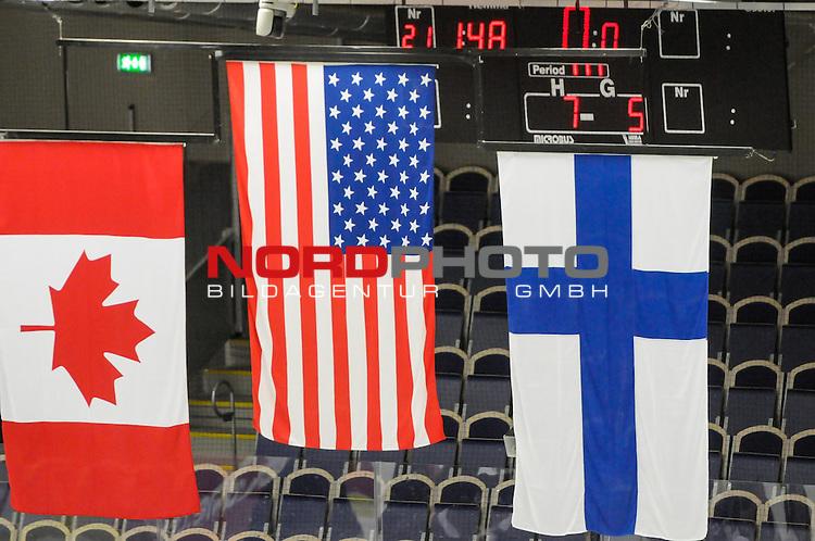 04.04.2015, Malm&ouml; Ishall, Malm&ouml; , SWE, IIHF Eishockey Frauen WM 2015, USA vs Canada (CAN), im Bild, Finale, Team USA gewinnt die Frauen Eishockey WM in Malm&ouml;, Flaggen der Erstplatzierten<br /> <br /> <br /> <br /> ***** Attention nur f&uuml;r redaktionelle Berichterstattung *****<br /> <br /> Foto &copy; nordphoto / Hafner