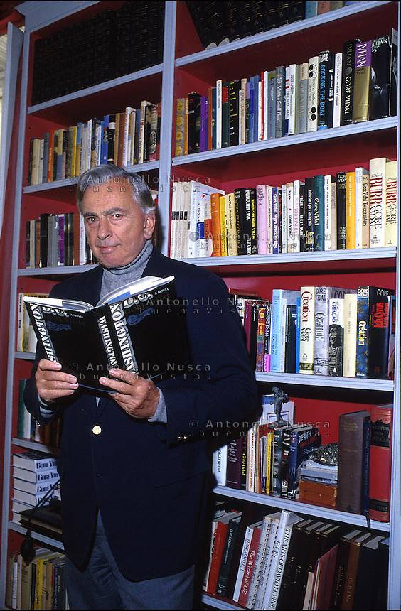 Lo scrittore statunitense Gore Vidal muore a Los Angeles all'età di 86 anni..