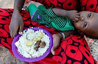 KENYA, Marsabit, village Laisamis, food supply for Samburu women and children / KENIA, Marsabit, Dorf Laisamis, Nahrungshilfe fuer Samburu Frauen und Kinder