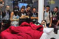 SÃO PAULO, SP. 06.02.2015 -  CAMPUS PARTY - O comediante Murilo Gun, famoso pelos seus shows de Stand Up está confinado em uma casa de vidro   localizado na oitava edição da Campus Party na tarde desta sexta-feira, (6). (Foto: Renato Mendes / Brazil Photo Press)