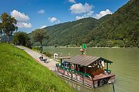 Oesterreich, Oberoesterreich, Engelhartszell: Donauradwanderweg mit Radfaehre | Austria, Upper Austria, Engelhartszell: Danube Bicycle Route and bicycle ferry