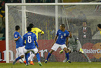 SANTIAGO DE CHILE- CHILE - 17-04-2015: Jeison Murillo (3Izq.) jugador de Colombia, anota gol a Jefferson (Der.) portero de Brasil, durante partido Colombia y Brasil, por la fase de grupos, Grupo C, de la Copa America Chile 2015, en el estadio Monumental en la Ciudad de Santiago de Chile. / Jeison Murillo (3L) player of Colombia scored a goal to Jeffrson (R) goalkeeper of Brasil, during a match between Colombia and Brasil for the group phase, Group C, of the Copa America Chile 2015, in the Monumental stadium in Santiago de Chile city. Photos: VizzorImage /  Photosport / Martin Thomas / Cont.
