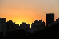 SÃO PAULO, SP, 11.07.2016 - CLIMA-SP - Por do sol visto a partir do centro da cidade de São Paulo nesta segunda-feira, 11. (Foto: Vanessa Carvalho/Brazil Photo Press)