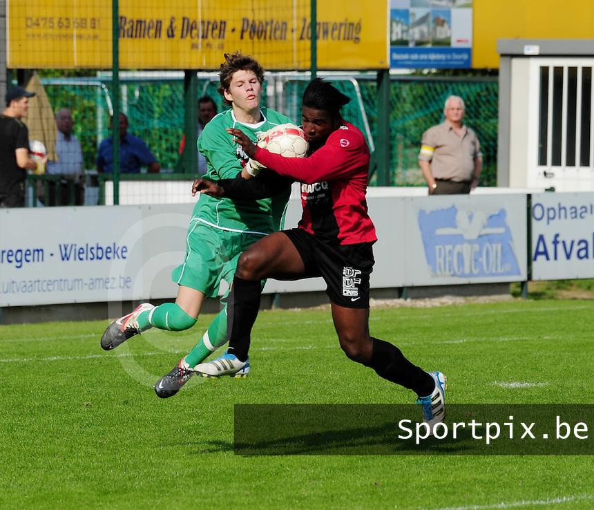 SC Wielsbeke - Winkel Sport :  Yves Ngabu gaat door op de doelman van wielsbeke Brandon Vanderbeken.foto VDB / BART VANDENBROUCKE