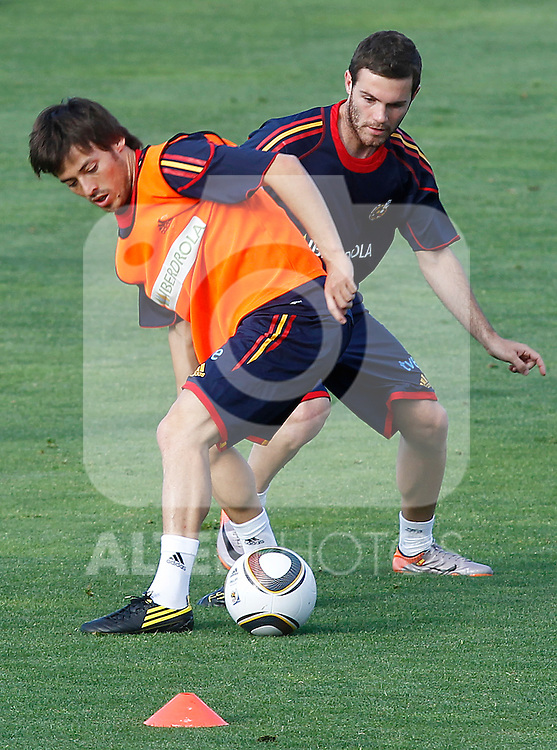 Spain's David Jimenez Silva (l) and Juan Mata during training session.June 10, 2010. (ALTERPHOTOS/Acero)