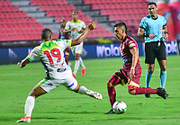IBAGUE - COLOMBIA, 08-09-2019: Alex Castro del Tolima disputa el balón con Geovan Montes de Huila durante partido entre Deportes Tolima y Atlético Huila por la fecha 10 de la Liga Águila II 2019 jugado en el estadio Manuel Murillo Toro de la ciudad de Ibagué. / Alex Castro of Tolima vies for the ball with Geovan Montes of Huila during match between Deportes Tolima and Atletico Huila for the date 10 as part Aguila League II 2019 played at Manuel Murillo Toro stadium in Ibague city. Photo: VizzorImage / Juan Carlos Escobar / Cont