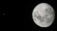 ATENCAO EDITOR IMAGEM EMBARGADA PARA VEICULOS INTERNACIONAIS -  SAO PAULO, SP, 25 DEZEMBRO 2012 - PLANETA APARECE AO LADO DA  LUA CRESCENTE - O planeta Jupiter é visto ao lado da Lua crescente na noite desta terca-feira de natel. O femomeno pode ser vista do bairro do Mooca na região leste de São Paulo na noite desta terça-feira(25).(FOTO: Vanessa carvalho / BRAZIL PHOTO PRESS).