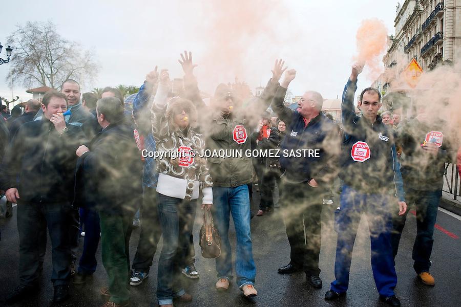 31 ENERO 2012.Los trabajadores de Teka se concentraron hoy ante el Banco de Santander en el 4 dia de protestas por el ere que afectara a 198 trabajadores.foto © JOAQUIN GOMEZ SASTRE