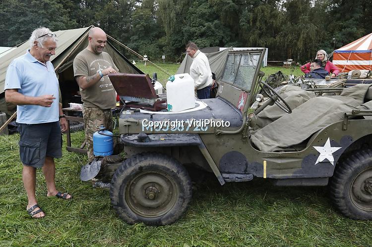 Foto: VidiPhoto<br /> <br /> ARNHEM – Eigenaar-directeur Eef Peeters (l) van het Arnhems Oorlogsmuseum '40-'45 tijdens de Race to the Bridge vorig jaar. Ieder jaar rijdt Peeters mee met een aantal historische voertuigen uit de oorlog, zowel Duits als Engels. Dit jaar mogen hij, zijn museum en de vrijwilligers niet meer mee doen van de organisatie omdat ze te brutaal zouden zijn.