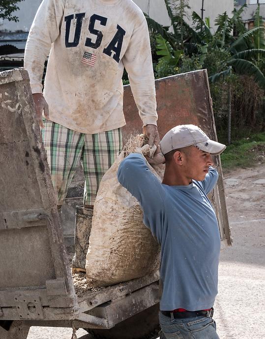 Unloading a delivery, Guanabacoa, La Habana