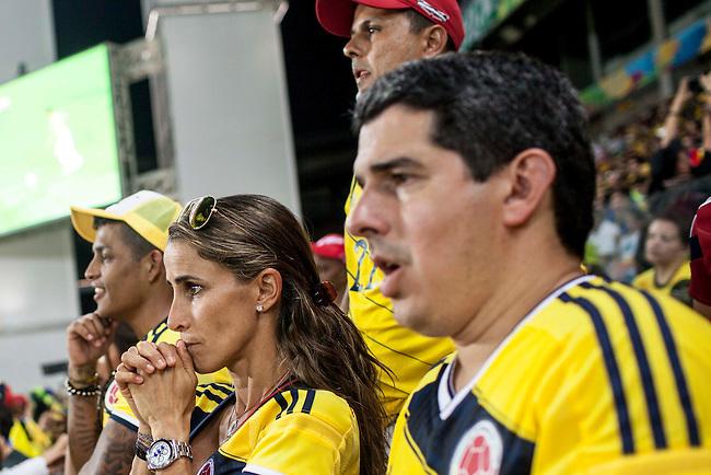 Adriana y Federico, esposa y amigo del arquero de la selecci&oacute;n Colombia Faryd Mondragon reaccionan emocionados al momento que el arquero entra al campo para batir el record del jugador mas veterano en jugar un mundial durante el partido que Colombia le gan&oacute; 4 a1 a Jap&oacute;n  en Cuiaba el 24  de junio de 2014.<br /> <br /> Foto: Joaquin Sarmiento/Archivolatino<br /> <br /> COPYRIGHT: Archivolatino<br /> Solo para uso editorial. No esta permitida su venta o uso comercial.