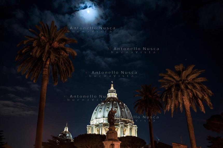 Città del Vaticano. Una veduta notturna della Basilica di San Pietro dai giardini vaticani. St. Peter Basilica at Vatican by night.