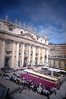 ìPope Benedict XVI (C) leads the beatification ceremony of Pope John Paul II in St. Peter's square in the Vatican,May 1, 2011