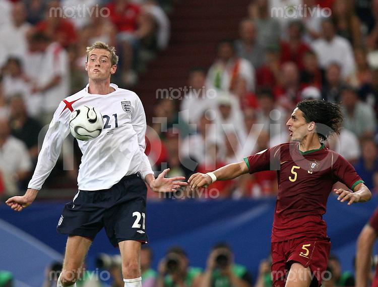 Fussball WM 2006  Viertelfinale  England - Portugal Peter Crouch(ENG)li, Fernando Meira (POR)re