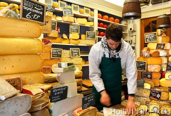Kaan's Kaashandel in Hoorn. Een kleine winkel met heel veel kaas