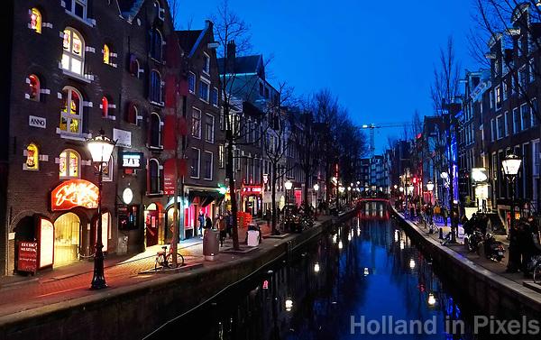 Nederland Amsterdam 2019. Red Light District. Oudezijds Achterburgwal. De Wallen. Links het Erotic Museum. Foto Berlinda van Dam / Hollandse Hoogte