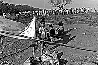 Invasão de terra em área de mananciais,  Jardim Riviera, Guarapiranga. São Paulo. 1981. Foto de Juca martins.