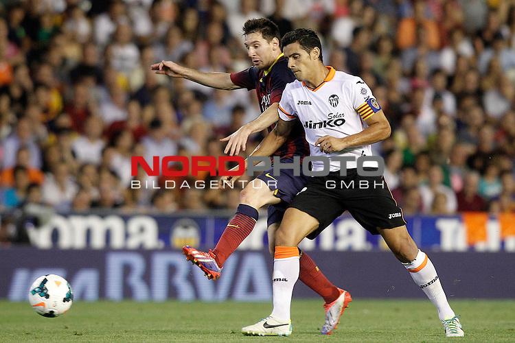 Valencia's Ricardo Costa (r) and FC Barcelona's Leo Messi during La Liga match.September 1,2013. Foto © nph / Acero)