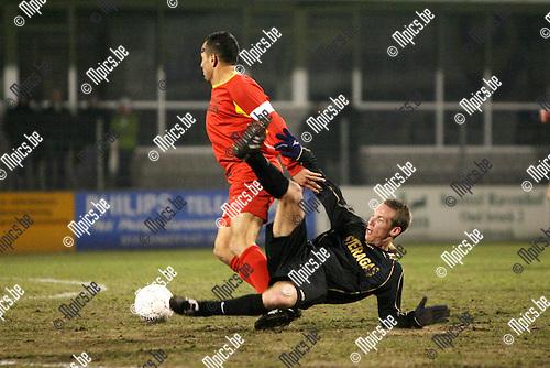 2010-03-10 / Seizoen 2009-2010 / Voetbal / Royal Kapellen FC - KSK L Ternat / Andy Huet van Ternat komt ten val in een duel met Rachid Allachi van Kapellen..Foto: mpics