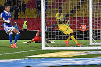BOGOTA - COLOMBIA - 12 - 02 - 2017: Deiver Machado (Fuera de Cuadro), jugador de Millonarios, anota gol a Alejandro Otero, portero de Atlético Bucaramanga, durante partido de la fecha 3 entre Millonarios y Atletico Bucaramanga, de la Liga Aguila I-2017, jugado en el estadio Nemesio Camacho El Campin de la ciudad de Bogota.  / Deiver Machado (Out of Frame) player of Millonarios scored a goal to Alejandro Otero, goalkeeper of Atletico Bucaramanga, during a match between Millonarios and Atletico Bucaramanga, for the date 3 of the Liga Aguila I-2017 played at the Nemesio Camacho El Campin Stadium in Bogota city, Photo: VizzorImage / Luis Ramirez / Staff.