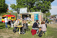 rollende; keukens; amsterdam; foodtrucks; foodfestival; food; festival; westerpark; voedsel; evenement; de; holland; nederland; bvd; eten; zomer; buiten; jongeren; jong; vrije; tijd; vrienden; samen; koffie, koffieprofs, coffee, bus, truck,
