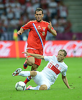 FUSSBALL  EUROPAMEISTERSCHAFT 2012   VORRUNDE Polen - Russland             12.06.2012 Aleksandr Kerzhakov (li, Russland) gegen Rafal Murawski (re, Polen)
