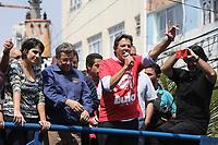 OSASCO, SP, 13.09.2018: ELEIÇÕES-HADDAD-MANUELA - O candidato à presidência da República pelo PT, Fernando Haddad e a candidata à vice-presidente, Manuela D'Ávila (PCdoB), fazem campanha, na manhã desta quinta-feira, 13, na rua Antônio Agú, região central de Osasco na Grande São Paulo. (Foto: Fábio Vieira/FotoRua)