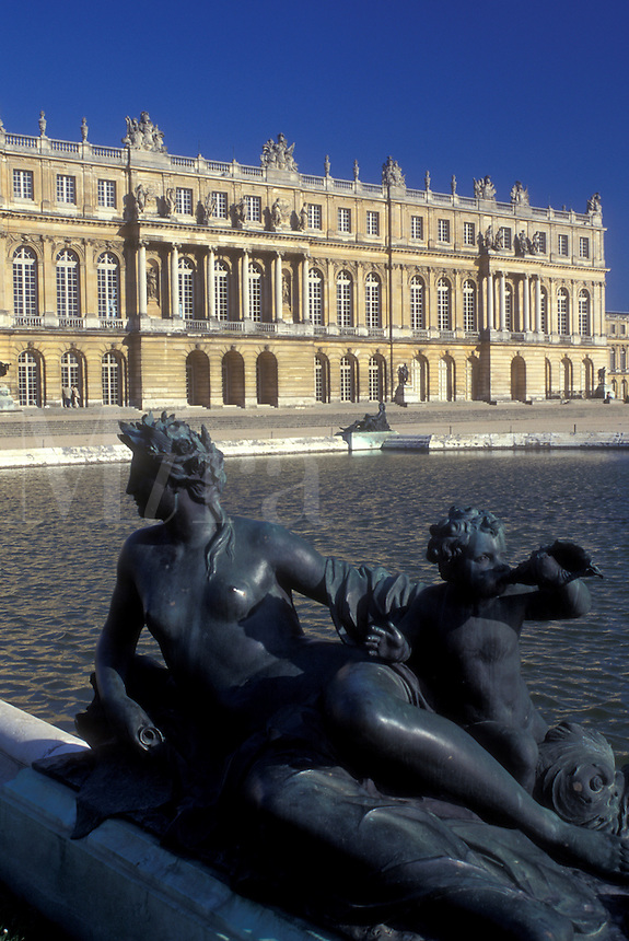 AJ0747, Versailles, France, Yvelines, Paris, Europe, The Versailles Palace, Statues adorn the fountains on the grounds of The Versailles Palace. Chateau built in 1631 and home of 17th and 18th-century French kings.