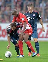 Fussball  1. Bundesliga  Saison 2013/2014  4. Spieltag SC Freiburg - FC Bayern Muenchen        27.08.2013 Mario Goetze (li, FC Bayern Muenchen)) gegen Gelson Fernandes (Mitte, SC Freiburg) und Bastian Schweinsteiger (re hinten, FC Bayern Muenchen)