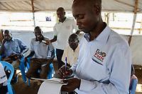 UGANDA, Arua, Yumbe, south sudanese refugees in Bidi Bidi refugee settlement / suedsudanesische Fluechtlinge im Fluechtlingslager Bidi Bidi, Radio Pacis im Gespraech mit Fluechtlingen