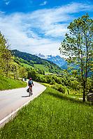 Deutschland, Bayern, Berchtesgadener Land, Ramsau bei Berchtesgaden: Radfahrer unterwegs auf der B305 Richtung Ramsau, im Hintergrund das Hagengebirge, ein Gebirgsstock der Berchtesgadener Alpen   Germany, Upper Bavaria, Berchtesgadener Land; Ramsau bei Berchtesgaden: cyclist on road B305 to Ramsau, at background Hagen Mountains, a subrange of the Berchtesgaden Alps