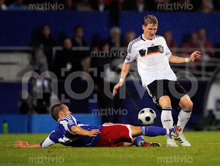 Fussball International   WM  2010  Qualifikation  Gruppe 4   06.09.2008 Liechtenstein - Deutschland Bastian SCHWEINSTEIGER rei, GER) im Zweikampf mit Martin BUECHEL (li, LIE).