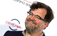 "Il regista statunitense Kenneth Lonergan posa durante un photocall per la presentazione del film ""Manchester by the sea"" al Festival Internazionale del Film di Roma, 14 ottobre 2016.<br /> U.S. director Kenneth Lonergan poses for a photocall to present the movie ""Manchester by the sea"" during the international Rome Film Festival at Rome's Auditorium, 14 October 2016.<br /> UPDATE IMAGES PRESS/Isabella Bonotto"