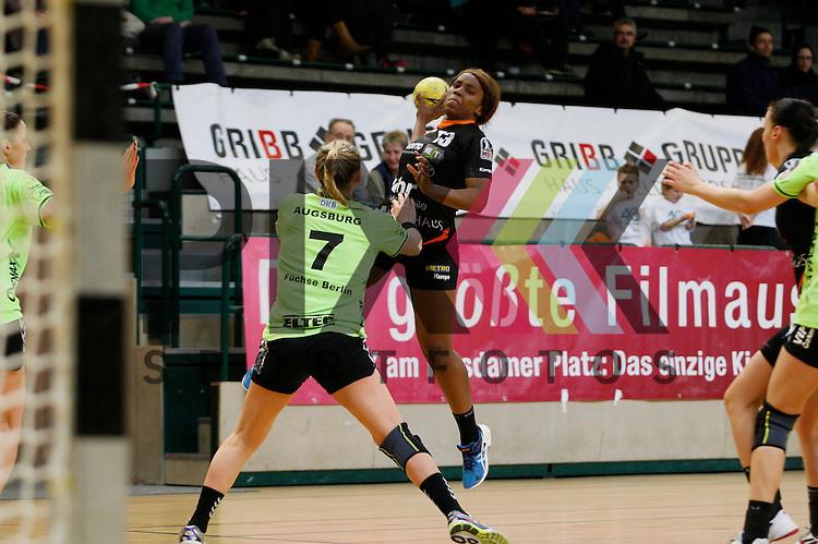 Koblez/Weiberns Prudence Kinlend (Nr. 13) beim Wurf auf das Tor, vorne Berlins Ntalie Augsburg (Nr. 7) <br /> <br /> 07.02.2015, Handball, 1. Handball-Bundesliga, Saison 2014/15 Spreefuexxe - Vulkan-Ladies Koblenz/Weibern<br /> <br /> Foto &copy; P-I-X.org *** Foto ist honorarpflichtig! *** Auf Anfrage in hoeherer Qualitaet/Aufloesung. Belegexemplar erbeten. Veroeffentlichung ausschliesslich fuer journalistisch-publizistische Zwecke. For editorial use only.