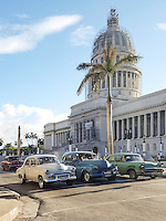 HAVANA-CUBA - 13.10.2016: Carros aguardam em semáforo em frente ao Capitólio Cubano. O Edifício do Capitólio Nacional, em Havana, foi a sede do governo de Cuba após a Revolução Cubana em 1959, e atualmente é a sede da Academia Cubana de Ciências.   (Foto: Bete Marques/Brazil Photo Press)