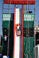 SAO PAULO, SP, 30 DE JUNHO DE 2012 - VIRADA ESPORTIVA SP - Publico participa de Escorregador Gigante no Vale do Anhangabaú na manhã deste sabado (30), durante Virada Esportiva 2012, que acontece este final de semana em São Paulo. FOTO: LEVI BIANCO - BRAZIL PHOTO PRESS