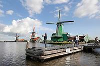 Nederland Zaanse Schans 2015. Toeristen fotograferen de molens. Rechts molen de Gekroonde Poelenburg. Foto Berlinda van Dam / Hollandse Hoogte