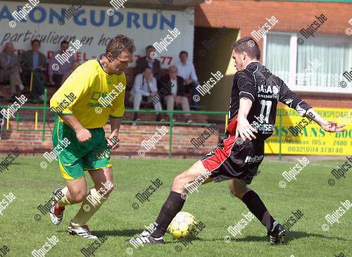 2007-04-22 / KFC Witgoor Sport - E Veldwezelt: duel tussen Tim Staes van Witgoor (links) en Dave Hollanders van Veldwezelt