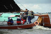 SKUTSJESILEN: WOUDSEND: Hegemer Mar, 06-08-2012, SKS skûtsjesilen, wedstrijd Woudsend, skûtsje d'Halve Maen, Germ Visser (zwaardenman bb), Jan Bron (grootschoot), schipper Berend Mink, Roelof Wester (adviseur), ©foto Martin de Jong