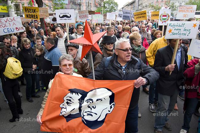 UNGARN, 22.04.2017, Budapest - VI. Bezirk. Die Spasspartei MKKP, &quot;Partei der doppelschwaenzigen Hunde&quot;, ruft zum Satire-Protest gegen die von der Fidesz-Regierung betriebene Putinisierung Ungarns. Es wird eine unerwartete Grossdemonstration mit tausenden Teilnehmern. - Orb&aacute;n, Putin und der Sowjetstern.   The MKKP funparty &quot;Two-tailed dog party&quot; calls for satiric protest against the Fidesz government's putinization of Hungary. The event turns into a large demonstration with thousands of participants. - Orban, Putin and the Soviet Red Star.<br /> &copy; Martin Fejer/EST&amp;OST