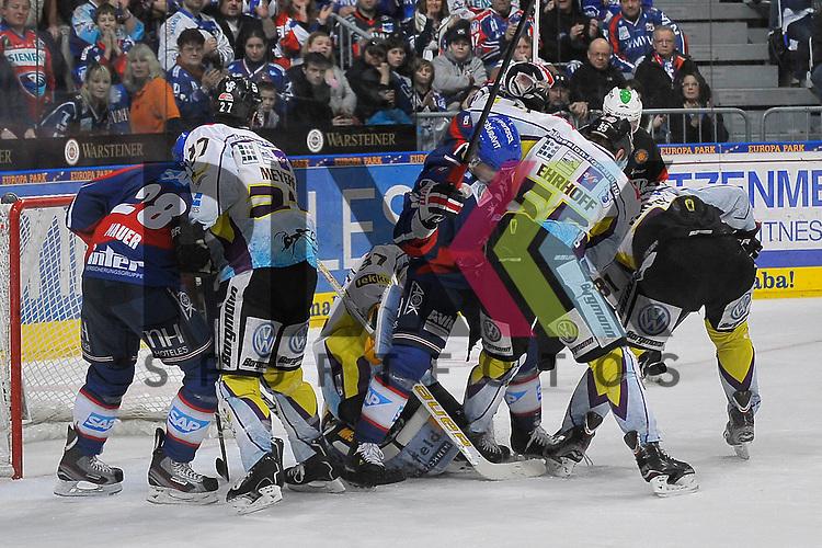 Mannheims Frank Mauer (Nr.28) und Mannheims Marcel Goc (Nr.9) gegen Krefelds Joshua Meyers (Nr.27), Krefelds Scott Langkow (Nr.37), Krefelds Christian Erhoff (Nr.55) und Krefelds Roland Verwey (Nr.81) beim Spiel in der DEL, Adler Mannheim - Krefeld Pinguine.<br /> <br /> Foto &copy; Ice-Hockey-Picture-24 *** Foto ist honorarpflichtig! *** Auf Anfrage in hoeherer Qualitaet/Aufloesung. Belegexemplar erbeten. Veroeffentlichung ausschliesslich fuer journalistisch-publizistische Zwecke. For editorial use only.