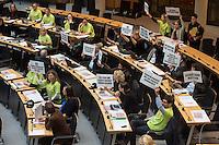 """Abgeordnetenhaussitzung am 28. Januar 2016 in Berlin.<br /> Im Bild: Abgeordnete der Fraktion von Buendnis 90/Gruene und der Piratenpartei protestierten zur Debatte um eine Massenunterkunft fuer Gefluechtete auf dem Gelaende des Flughafen Tempelhof. Fuer die Errichtung mobiler Massenunterkuenfte muss das """"Tempelhof-Gesetz"""" geaendert werden, das besagt, dass auf dem Gelaende nicht gebaut wird, so wie es durch einen Volksentscheid am 25.5. 2014 beschlossen wurde. <br /> 28.1.2016, Berlin<br /> Copyright: Christian-Ditsch.de<br /> [Inhaltsveraendernde Manipulation des Fotos nur nach ausdruecklicher Genehmigung des Fotografen. Vereinbarungen ueber Abtretung von Persoenlichkeitsrechten/Model Release der abgebildeten Person/Personen liegen nicht vor. NO MODEL RELEASE! Nur fuer Redaktionelle Zwecke. Don't publish without copyright Christian-Ditsch.de, Veroeffentlichung nur mit Fotografennennung, sowie gegen Honorar, MwSt. und Beleg. Konto: I N G - D i B a, IBAN DE58500105175400192269, BIC INGDDEFFXXX, Kontakt: post@christian-ditsch.de<br /> Bei der Bearbeitung der Dateiinformationen darf die Urheberkennzeichnung in den EXIF- und  IPTC-Daten nicht entfernt werden, diese sind in digitalen Medien nach §95c UrhG rechtlich geschuetzt. Der Urhebervermerk wird gemaess §13 UrhG verlangt.]"""