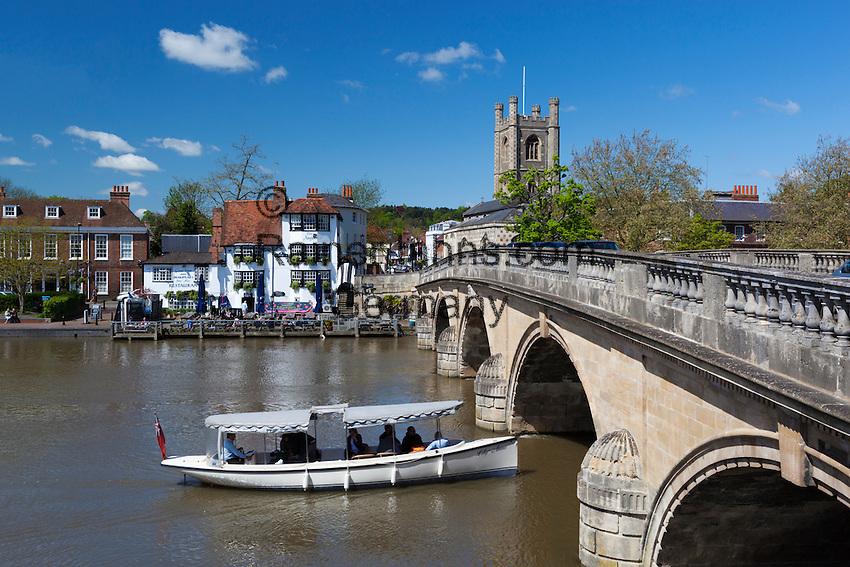 Great Britain, England, Oxfordshire, Henley-on-Thames: Henley bridge over the River Thames, Saint Mary's Church and The Angel Inn | Grossbritannien, England, Oxfordshire, Henley-on-Thames: Henley Bridge ueber die Themse, Saint Mary's Church und The Angel Inn