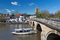 Great Britain, England, Oxfordshire, Henley-on-Thames: Henley bridge over the River Thames, Saint Mary's Church and The Angel Inn | Grossbritannien, England, Oxfordshire, Henley-on-Thames: Henley Bridge ueber die Themse, Saint Mary's Church und The Angel Inn