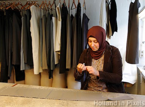 Naaister werkt in de kostuumafdeling van de Stopera