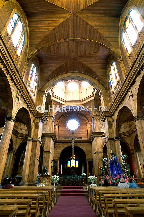 Vista interna de igreja em Puerto Varas. Chile. 2000. Foto de Vinicius Romanini.