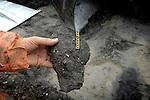 GROOT AMMERS - Detail van een brok keihard Megatrax dat wordt aangelegd op een 30.000 m2 groot bedrijventerrein voor Van der Vlist Speciaal -en Zwaartransport in Groot Ammers. Megatrax bestaat uit restgrond, baggerspecie en mijnsteen, dat verstevigd is met een poeder waardoor grote stevigheid onstaat en het als goedkoop alternatief voor beton kan functioneren als ondergrond. De grond  steunt op in de grond gemaakte heipalen. COPYRIGHT TON BORSBOOM...