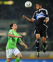 FUSSBALL   1. BUNDESLIGA   SAISON 2011/2012   27. SPIELTAG VfL Wolfsburg - Hamburger SV         23.03.2012 Patrick Helmes (li, VfL Wolfsburg) gegen Michael Mancienne (re, Hamburger SV)